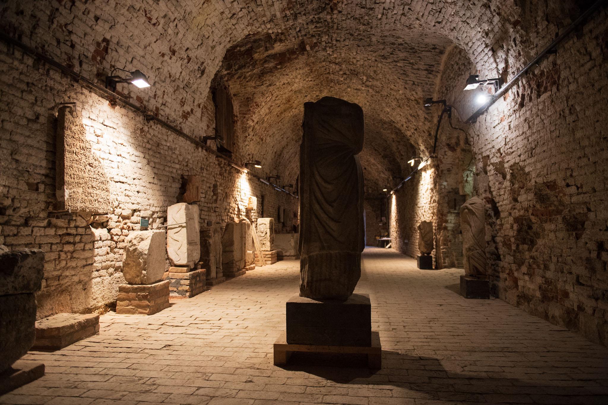 Rimska kamena statua, spomenici sa epitafima.
